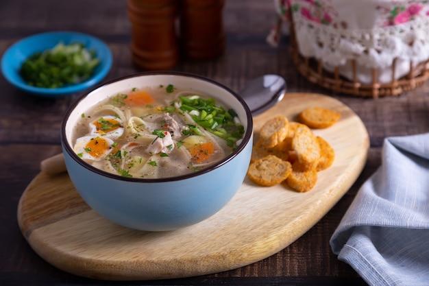 Суп с курицей, лапшой, картофелем, перепелиными яйцами и морковью
