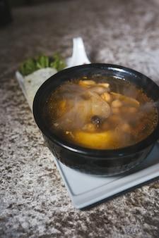 Суп с нутом и тефтелями в черной тарелке.