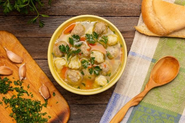 ミートボールと餃子のスープが上面図をクローズアップ
