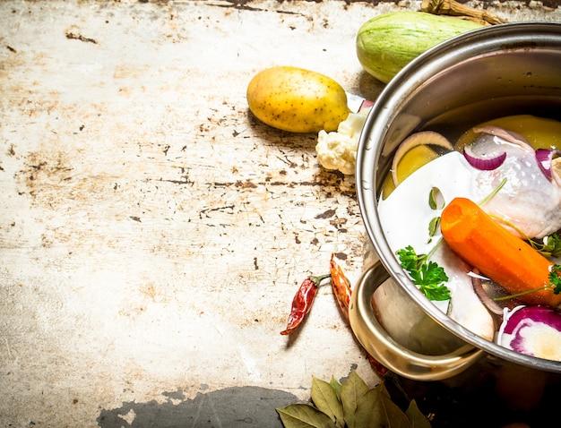 野菜と鶏肉のスープ。