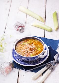 Суп с белой фасолью и луком-пореем