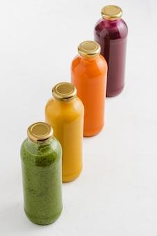 ガラス瓶のスープ。ガラスの瓶にブロッコリー、カボチャ、ニンジン、ビートのスープ。