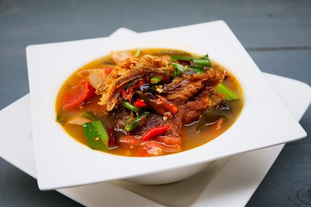 새콤하고 매콤한 훈제 건어물 수프, 태국 음식