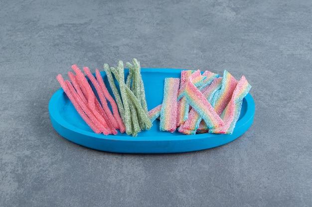 青いプレートに酸っぱい歯ごたえのあるキャンディー。