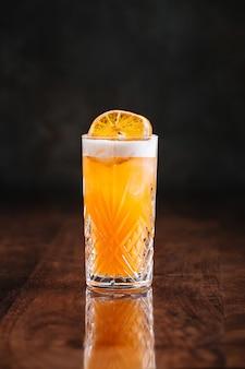 Кислый коктейль на деревянном столе с отражением
