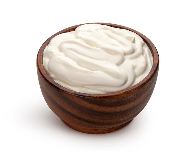 클리핑 경로와 흰색 배경에 고립 된 나무 그릇에 사 우 어 크림