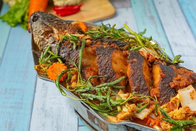 Curry acido con pesce testa di serpente, pentola piccante da giardino, cibo tailandese.