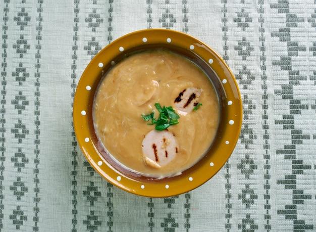ポーランドとベラルーシの料理に特有の酸っぱいライ麦スープ。