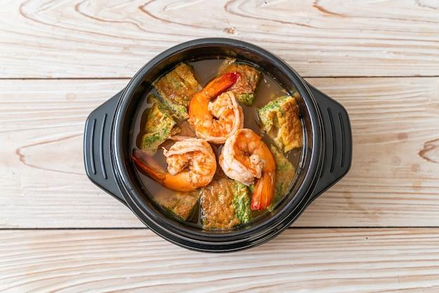 エビと野菜のオムレツを添えたタマリンドペーストで作った酸っぱいスープ-アジア料理のスタイル