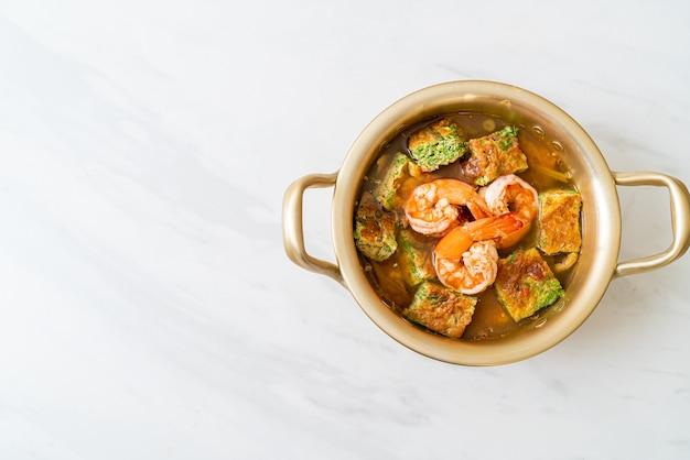 エビと野菜のオムレツを添えたタマリンドペーストで作った酸っぱいスープ。アジアンフードスタイル
