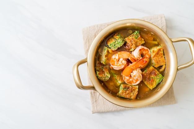 Кислый суп из пасты из тамаринда с креветками и овощным омлетом - азиатская кухня
