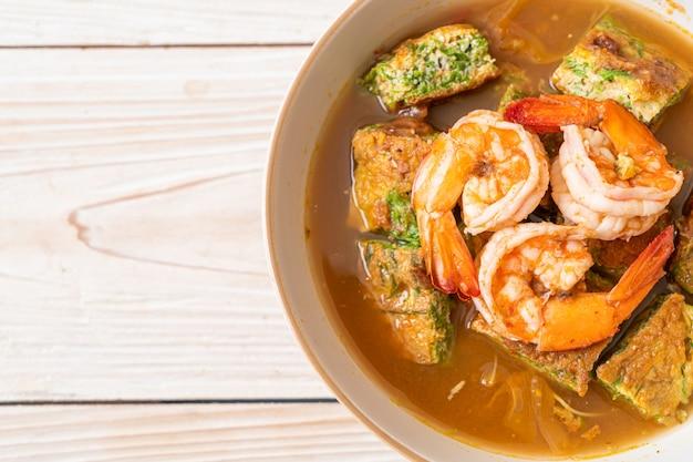 새우와 야채 오믈렛을 곁들인 타마 린드 페이스트로 만든 사워 수프-아시아 음식 스타일
