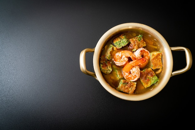 エビと野菜のオムレツを入れたタマリンドペーストの酸っぱいスープ。アジア料理のスタイル