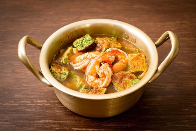 Кислый суп из пасты из тамаринда с креветками и овощным омлетом - стиль азиатской кухни