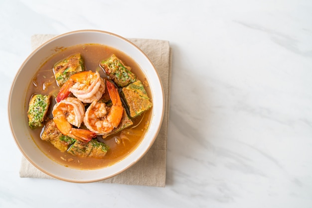 Кислый суп из пасты из тамаринда с креветками и овощным омлетом
