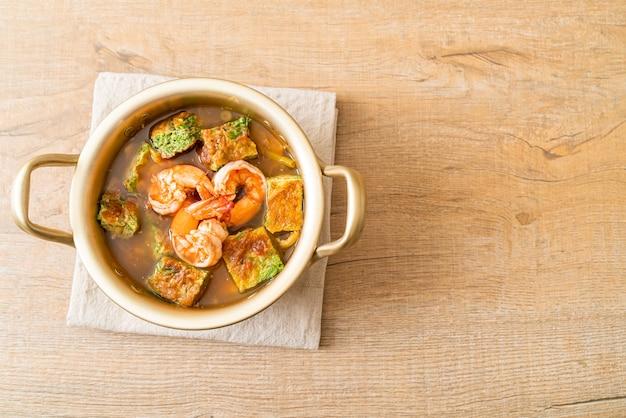 エビと野菜のオムレツを添えたタマリンドペーストで作った酸っぱいスープ