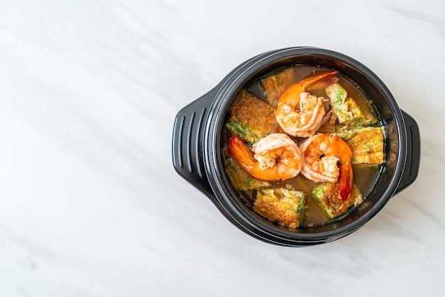 Кислый суп из пасты из тамаринда с креветками