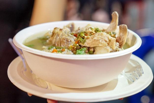 Кислый острый суп из свиных ребрышек, тайский стиль супа из магазина foodtruck на foodstreet, бангкок, таиланд.