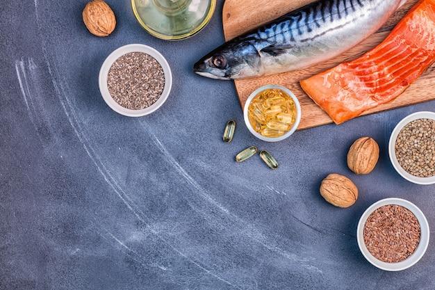 Источники омега-3 - скумбрия, лосось, семена льна, семена конопли, чиа, грецкие орехи, льняное масло. концепция здорового питания. вид сверху с копией пространства.