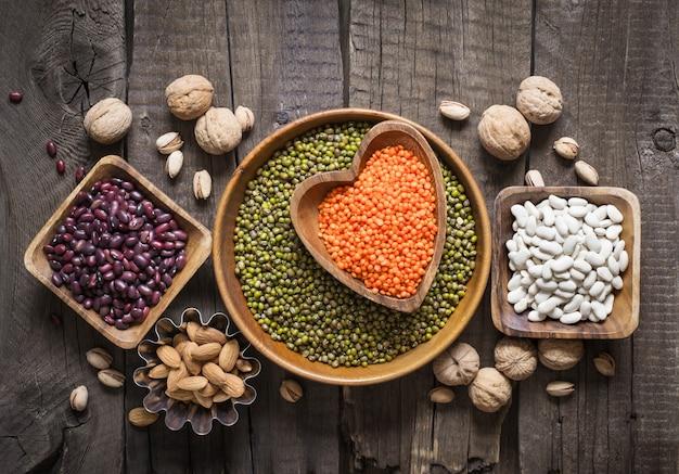 植物性タンパク質の供給源は、さまざまなマメ科植物とナッツです。上面図。