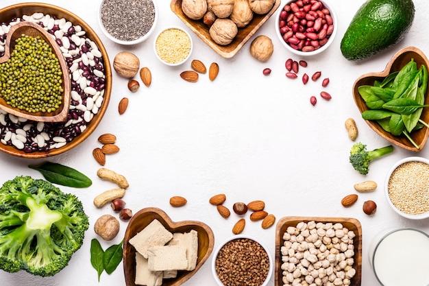植物性タンパク質の供給源。豆、ナッツ、その他の栄養価の高い成分が額装されています。