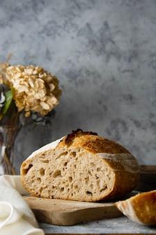 野生酵母から作られたスライスしたサワードウパン。健康食品の調理。