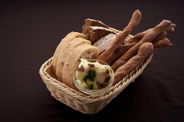 Хлеб на закваске с маслом в корзине крупным планом