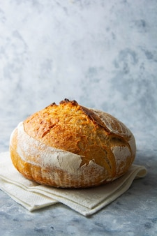 野生酵母から作られたサワー種の自家製パン、健康的なライフスタイル、家庭料理のコンセプト。
