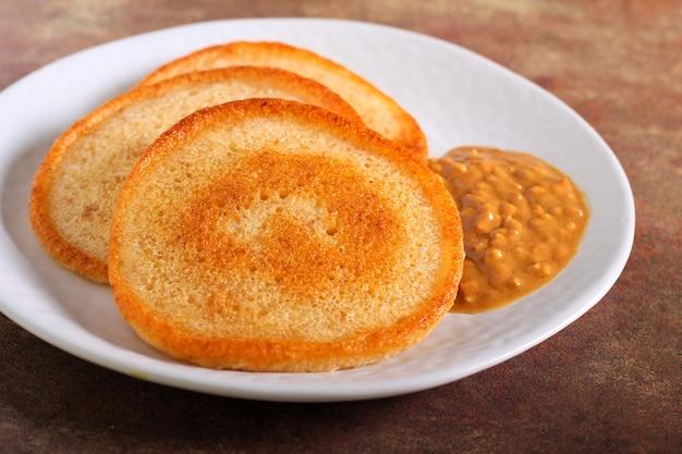땅콩 버터를 곁들인 사워 도우 팬케이크