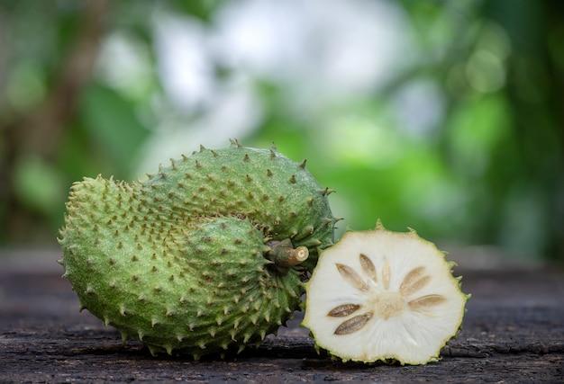 自然のサワーソップまたはannonamuricataフルーツ。