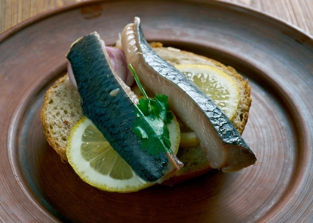 흠뻑 젖은 청어-청어를 순한 보존 액체에 담근다. 순한 식초 피클의 생 청어 또는 네덜란드 소금물에 절인 청어 일 수 있습니다.