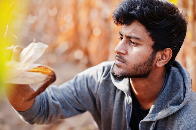 Южный азиатский фермер агронома проверяя ферму кукурузного поля. концепция сельскохозяйственного производства.