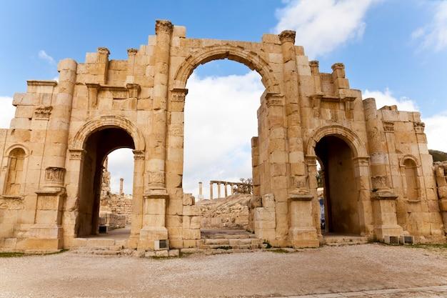 廃墟の古代ジェラシュ、ヨルダンの南門。