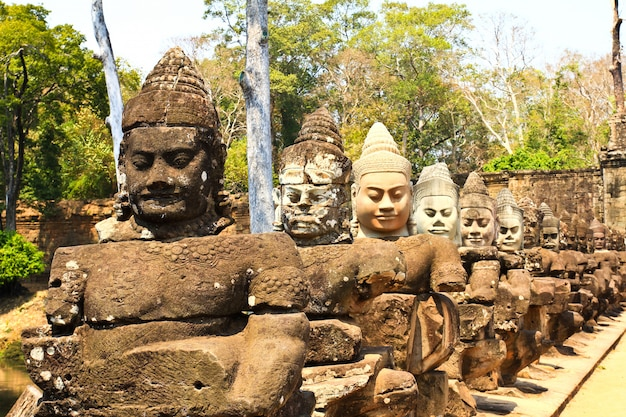 Южные ворота в ангкор-том в камбодже выровнены воинами и демонами