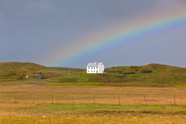 Южно-исландский пейзаж с домом и радугой