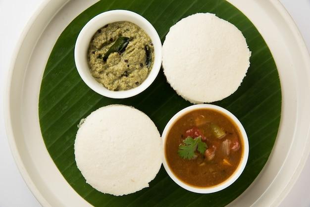南インドの朝食レシピイドゥリまたはイドゥリまたは餅とココナッツチャツネとサンバー、セレクティブフォーカス