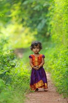 美しい伝統的なドレスのロングスカートとブラウスを着ている南インドのかわいい女の子の子供