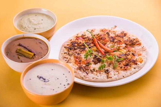 南インド料理ウッタパムまたはooththappamまたはuthappaは、ココナッツチャツネ、グリーンチャツネ、サンバーを添えて、材料をバッターで調理して作ったドーサのような料理です。