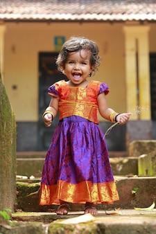 美しい伝統的なドレスのロングスカートとブラウスを着ている南インドの女の子の子供たち