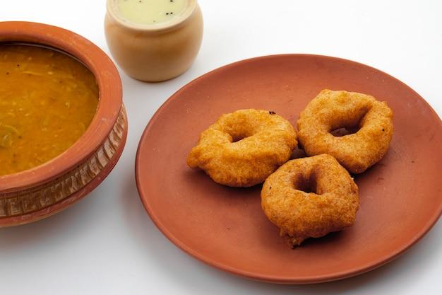 南インドの人気の朝食vada、sambarまたはchutney