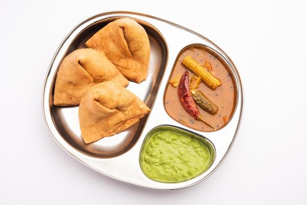 남부 인도 삼바 사모 사 처트니 삼바는 남부에서, 사모 사는 북부 인도에서 온 퓨전 음식입니다.
