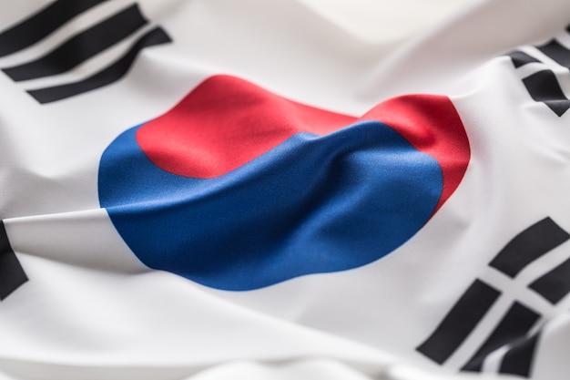 Флаг южной кореи. красочный флаг южной кореи развевается на ветру.