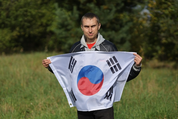 手に韓国の旗