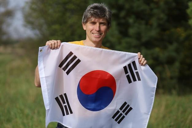 人間の手で韓国の旗