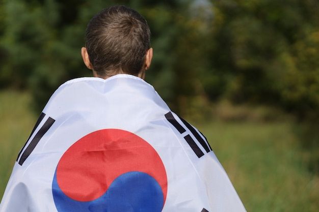 人間の肩に韓国の旗