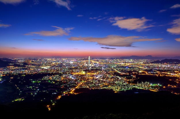 ソウルの韓国のスカイライン、南漢山城北門のロッテワールドモールで韓国の最高の景色