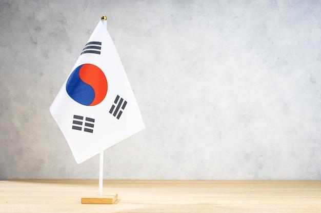 白い織り目加工の壁に韓国のテーブルフラグ。テキスト、デザイン、または図面用のコピースペース