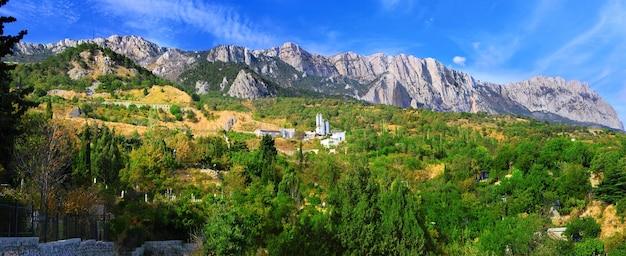 Южная часть полуострова крым, пейзаж горы ай-петри. украина.