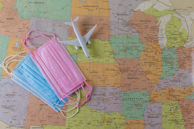 飛行機モデル、医療用フェイスマスクでのcovid-19コロナウイルスパンデミック中の旅行航空休暇を伴う地図上の南アメリカの州