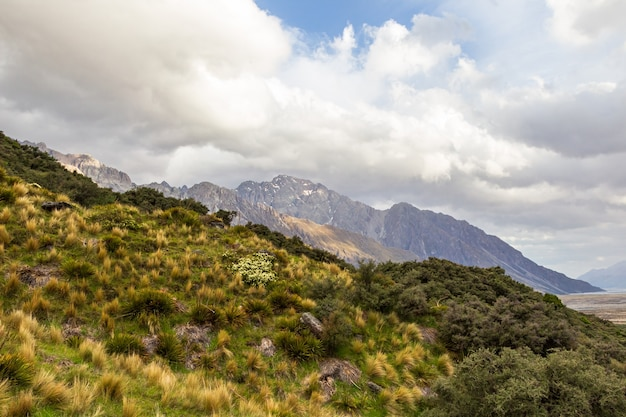 Южные альпы горы в облаках южный остров новая зеландия